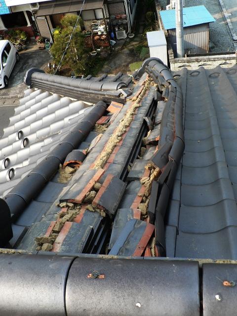 地震で破損した屋根